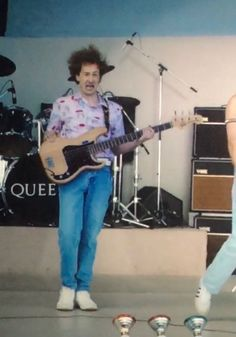 this my favorite bo rhap meme of all time just look and joes face and hair John Deacon, Save The Queen, I Am A Queen, Bryan May, Freddie Reign, Beatles, Queen Movie, Queen Aesthetic, Roger Taylor