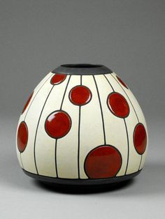 Red and white vase with dot pattern. Cut out dots vase. Red and white vase with dot pattern. Pottery Painting, Ceramic Painting, Pottery Vase, Ceramic Pottery, Ceramic Decor, Ceramic Clay, Ceramic Vase, Vase Rouge, Vase Design