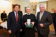 Großes Ehrenzeichen für Bischofsvikar Pater Schauer