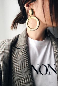 Maxi boucles d'oreille dorées + blazer masculin prince de Galles + tee-shir… Maxi golden earrings + mens blazer Prince of Wales + white T-shirt = the right mix Look Fashion, Fashion Beauty, Womens Fashion, Fashion Trends, High Fashion, Fashion Check, 1940s Fashion, Trendy Fashion, Fall Fashion