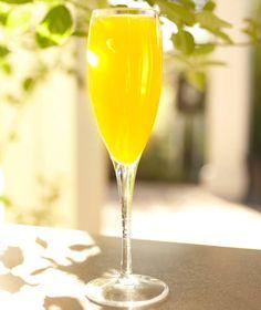 En enkel sval drink som passar perfekt som fördrink till sommarfest och student. En fräsch cocktail för alla som älskar champagne och apelsiner.