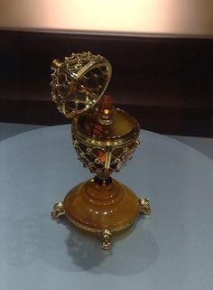 Jajko Faberge to prawdziwy carski rarytas. W Muzeum Bursztynu w Gdańsku, można zobaczyć jedno z trzech na świecie wykonanych ze słota i bursztynu.