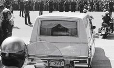 Aug 18, 1977: An estimated 75.000 fans line the streets of Memphis, Tennessee, to watch Elvis Presley's funeral procession.