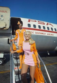 During the Pacific Southwest Airlines (PSA) was known for brightly colored female flight attendant uniforms that included short miniskirts. In the early the uniform changed to Photo shows PSA flight attendants in Southwest Airlines Flight Attendant, Trolley Dolly, Airline Uniforms, Moda Retro, New Yorker Mode, Actrices Sexy, Airline Flights, Travel Flights, Airline Travel