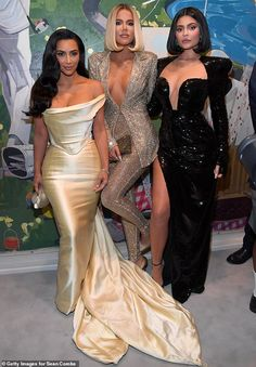 Khloe Kardashian and Kylie Jenner flaunt their eye-popping cleavage in busty glittering ensembles Kim Kardashian Vestidos, Estilo Khloe Kardashian, Kardashian Dresses, Kardashian Family, Kardashian Style, Kardashian Jenner, Kim Kardashian Wedding Dress, Estilo Kylie Jenner, Kylie Jenner Look