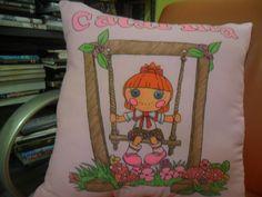 Almofada bonequinha desenhada e pintada a mão