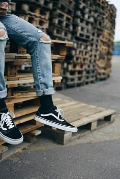 ⚫Classic all Weather Sneakers Perfect For Casual Outlook Skater Vans Old Skool ⚫ Sale Kes grab a pair! Vans Old Skool Outfit, Vans Outfit Men, Socks Outfit, Vans Men, Vans Old Skool Mens, Estilo Vans, Sneaker Outfits, Sneakers Mode, Vans Sneakers