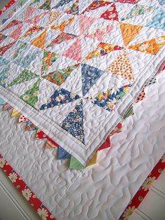 Incorporate triangles (prairie points) into the quilt binding border! Would be cute for a kid's quilt.I love the prairie points and pinwheels on this baby quilt.'Pinwheel Baby' Quilt by Jodi Nelson (Moda Bake Shop) using 'Happy-Go-Lucky' fabrics by M Colchas Quilting, Scrappy Quilts, Mini Quilts, Quilting Projects, Quilting Designs, Quilting Ideas, Baby Quilt Patterns, Quilt Baby, Pinwheel Quilt Pattern