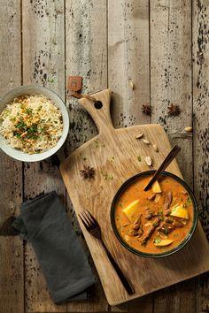 De Massaman curry is lang niet zo bekend in Nederland als bijvoorbeeld de rode of groene curry. Dit is een heerlijk gerecht voor de mensen die normaal gesproken niet zo dol zijn op de pittige en hete curry's. Deze curry is meer kruidig maar niet echt pittig zoals de andere varianten. #massaman #curry #thaise #rundvleescurry #red #green #thai #food #recipe #recept #smulweb #asian #aziatisch Thai Recipes, Indian Food Recipes, Massaman Curry, Naan, Dinner, Indian, Dining, Dinners, Indian Recipes