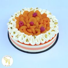 Un fraisier revisité en remplaçant les fraises par des abricots pochés. Ce gâteau est composé de 2 disques de génoise à la pistache, d'une crème mousseline pistache et d'abricots pochés. Blog, Birthday Cake, Desserts, Muffins, Apricot Tree, Pistachio Cake, Italian Meringue, Chantilly Cream, Bakken