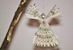 Cómo hacer ángel de Navidad con papel de periódico paso a paso. Ideas para hacer arreglos navideños con los periódicos, revistas o libros viejos.