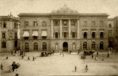 L'ajuntament de Barcelona, a la plaça de Sant Jaume, a finals del segle XIX. Gaudi, Barcelona City, Medieval Castle, Capital City, Old Photos, The Good Place, Madrid, Beautiful Places, Travel