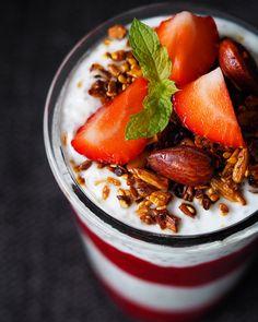 Jordbær- og chiagrød med hjemmelavet müsli – perfekt til de travle morgener eller hvis du bare vil forkæle dig selv Grød er altid et hit, især frugtgrød! Det nemligbåde bruges og lavesi så mange forskellige afstøbninger. Jeg bruger det både som topping, i desserter, i smoothies, i morgenmåltider eller bare…