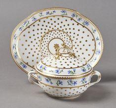 SEVRES - Ecuelle ronde couverte et son plateau ovale en porcelaine tendre à décor[...] | Dans la vente Porcelaines et Faïences du XVIe au XIXe Siècles à Pescheteau-Badin