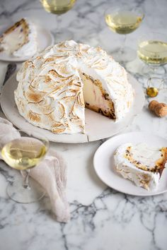 A super easy and delicious Panettone ice-cream bombe Alaska recipe #christmas #recipes #dessert #dessertrecipes #icecream