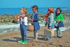 Joyeuse bande en promenade Girls and boys talking a walk on the beach