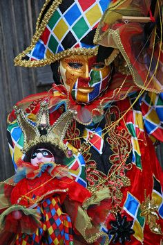 Young boy in a colorful clown outfit Venetian Carnival Masks, Carnival Of Venice, Edgar Allan Poe, Mascarade Mask, Masquerade Masks, Clown Clothes, Jester Costume, Costume Venitien, Creepy Clown