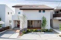 見せる収納にこだわった赤いドアのお家 Exterior Design, Small House, House Redesign, House Exterior, Contemporary House Design, Asian House, Japan House Design, House Designs Exterior, Weekend House