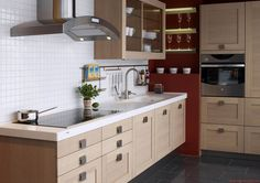 Mutfaklarda modern tasarımlar ile eviniz daha şık ve kullanışlı olacaktır. Eğer dar ve uzun bir mutfağınız varsa açık renkli ahşap dolaplar ve yine açık renkli mermer veya granit tezga