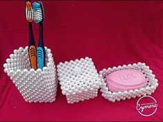 Porta escova branco/kit de perola - YouTube Pearl Crafts, Rose Crafts, Beaded Crafts, Diy Crafts For Girls, Valentine Crafts For Kids, Diy Beaded Rings, Bead Bowl, Beaded Boxes, Beaded Animals