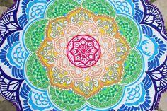Drap de plage rond inspiré des magnifique mandalas indien.    Parfait en guise de paréo, pour faire du yoga, pour un pique-nique ou même pour décorer votre intérieur posé sur un canapé, sur un lit ou bien accroché à un mur. Ce drap vous accompagnera partout. Parfait, Beach Mat, Outdoor Blanket, Tapestry, Home Decor, Mandalas, Lucky Charm, Indian, Wall