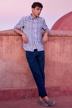 Long-sleeved shirt in patterned, woven cotton fabric with a concealed button-down collar and one chest pocket.   | H&M For Men