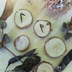 TALISMAN : LE POUVOIR DES RUNES - Divination, Les Runes, Camembert Cheese, Rune Symbols, Runes Meaning, Rune Alphabet