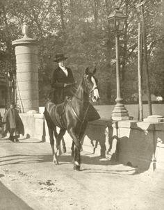 La reina Victoría Eugenia cruzando el puente del Rey, Madrid (1 de enero de 1917)