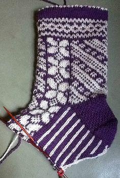 Great pattern to learn stranded knitting. Ravelry: SaltCity's Stranded knitting socks Great pattern to learn stranded knitting. Crochet Socks, Knitted Slippers, Knit Or Crochet, Knitting Socks, Baby Knitting, Knit Socks, Knitting Projects, Knitting Patterns, Patterned Socks