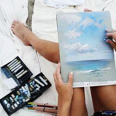 #process Сегодня волны и тучи. Большинство, пользуясь случаем, лениво спят на пляже. Самые отчаянные - кувыркаются в огромных волнах. А я наслаждаюсь тем, что солнце не слепит и можно рисовать без солнечных очков и не искать тень. Вообще, пленэр здесь - одно удовольствие!! Никто даже не замечает твое занятие, не тычет пальцем и не заглядывает через плечо. Художники здесь не в почете 😄😀🇮🇹 #pleinair_et #tenerife #пастель #pastel #canson #лето2016 #summer #скетч #sketch