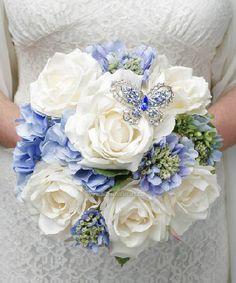 Original ramo con toques en azul y broche en pedrería #nosencanta #bodas #ramos #ideas #Innovias
