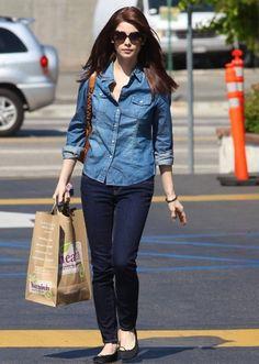 Ashley Greene mix trang phục jeans với giày búp bê, tạo nên set đồ street xtyle năng động.