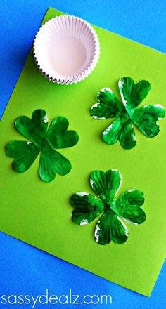 Cupcake Liner 4 Leaf Clover Craft for St. March Crafts, St Patrick's Day Crafts, Daycare Crafts, Spring Crafts, Toddler Crafts, Holiday Crafts, Preschool Crafts, Kids Crafts, Preschool Ideas