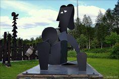 Puolanka Finland. Pertti Ohtonen. Rantapallo, maalattu teräsveistos 2010. photo Eero Paso