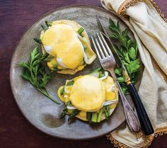 Make eggs Benedict even fancier with a few tender asparagus spears and a slice of pungent, melty brie cheese. Mexican Breakfast Recipes, Brunch Recipes, Drink Recipes, Brie, Scrambled Egg Bake, Brunch Cake, Breakfast Bowls, Breakfast Sandwiches, Breakfast Pizza
