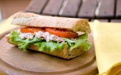 PIATTO UNICO : PANINO TONNO E POMODORO INGREDIENTI:  una pagnotta tipo altamura - un pomodoro ramato - uno spicchio di aglio - mozzarella - tonno sott'olio - lattughino - olio extravergine d'oliva - sale -  PREPARAZIONE:   1 #cucina #secondo #panino