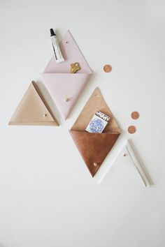 Creative Leather Crafts - DIY Triangle Leather Pouch - Best DIY Projects Made With Leather - Easy Handmade Do It Yourself Gifts and Fashion - Cool Crafts and DYI Leather Projects With Step by Step Tutorials - DIY and Crafts Unicorn Diy, Idee Diy, Leather Pouch, Leather Bags, Leather Purse Diy, Leather Totes, Diy Purse, Leather Backpacks, Small Leather Goods