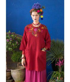"""Gudrun Sjödén Kleid """"Santa Fe"""" aus Leinen/Baumwolle Dieses Kleid aus Baumwolle/Leinen-Gewebe haben wir mit zwei Singvögelchen und hübschen Blumen verspielt bestickt. Teilungsnaht mit eingearbeiteten Vordertaschen. In zwei wunderschönen Farben zu haben. Weite Passform. Länge/M 96 cm Artikelnummer 67712"""