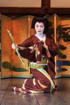 geiko in gorgeous brown kimono. Traditional Japanese Art, Japanese Style, Japanese Warrior, Memoirs Of A Geisha, Japanese Costume, Japanese Geisha, Ap Art, It Goes On, Dance Art