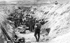 Omaha Beach - Poste de secours installé dans le fossé antichar du WN62, en contrebas de l'actuel cimetière américain de Colleville sur Mer. Il était initialement prévu pour être rempli d'eau mais cela a été rendu impossible car l'eau était absorbée par le sable. Ce fossé sera comblé avec tous les détritus le soir du 6 juin. (NA/USA)