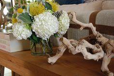 loving this simple but beautiful floral arrangement