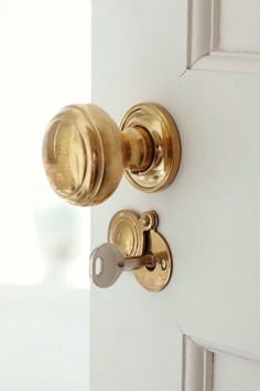 Fabulous new-trad interior design by Sarah Richardson. Love the unlacquered brass door knobs – Photography by Stacey Brandford Bathroom Door Handles, Brass Bathroom, Bathroom Doors, Brass Door Handles, Home Design, Sarah Richardson, Modern Door, Home Hardware, Home Interior