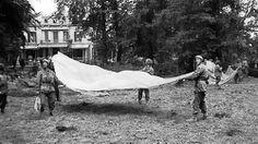 Hans Hartenstein | De tuin van Hotel Hartenstein, 23 september 1944. Britse para's ...
