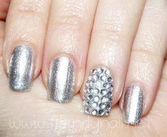 Oggi vi propongo una manicure semplicissima da realizzare ma di forte impatto: su base argento metallizzato l'accent nail si riveste di cristalli!    Io ho avuto la pazienza di applicare i cristalli su una sola unghia ma nulla vi vieta di farlo su tutte!