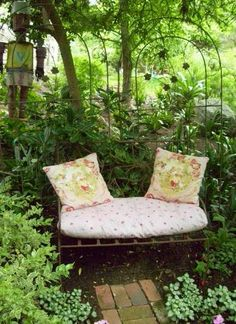 love this little settee