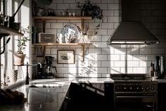 Cele trei niveluri din această casă de 124 m² au la bază o paletă cromatică concentrată pe alb, negru și gri, toate încălzite de acce...