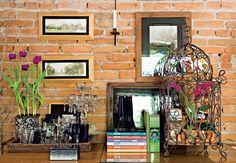 Orquídeas phalaenopsis recheiam o interior da gaiola de ferro. A espécie eleita pela paisagista Claudia Munõz requer poucos cuidados: rega semanal e abrigo sombreado, protegido das correntes de ar. O efeito florido dura um mês. Depois, a orquídea perde as suas flores e os novos brotos surgirão no ano seguinte