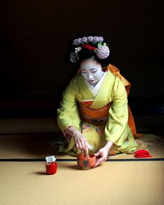 geisha-kai:  June 2014: maiko Katsune making a green tea (SOURCE) The green tea powder has to be whipped up with water in order to make a thick paste which can is ready to drink.