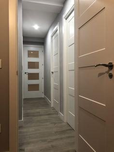 Puertas de interior modelo 9400R lacadas en blanco instaladas en Madrid. Tarima flotante Finfloor Original Roble Taupe. Más info