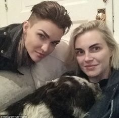 Ruby Rose and fiancee Phoebe Dahl have a new family member. a pig Piggy in the middle! Ruby Rose a Short Hair Undercut, Undercut Hairstyles, Short Hairstyles, Famous Short Stories, Lesbian Love, Lesbian Couples, Family Affair, Orange Is The New Black, Ruby Rose